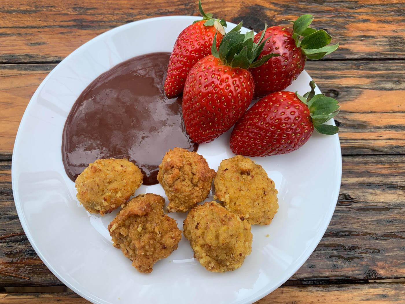 עוגיות שקדים רוטב שוקולד חם עם תפוזים